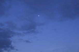 宵の月の写真素材 [FYI01208466]