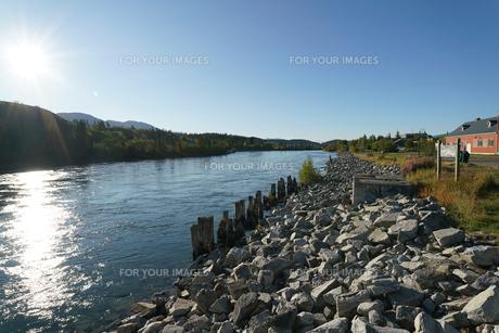 ホワイトホースを流れるユーコン川の写真素材 [FYI01208808]