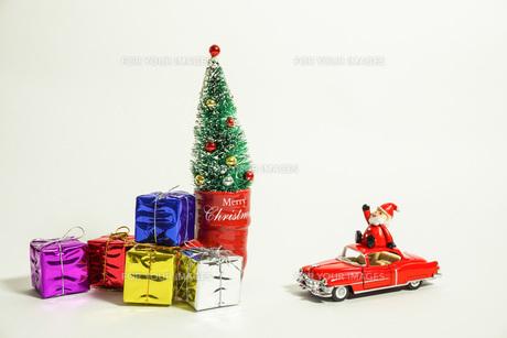 車で移動するサンタクロースの写真素材 [FYI01208993]