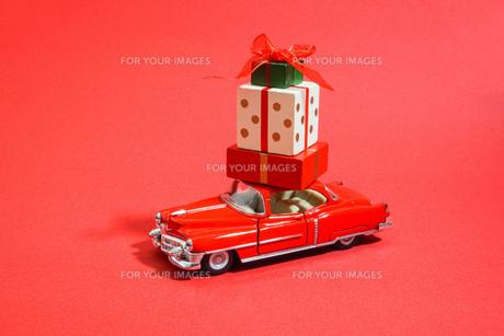 プレゼントを運ぶ車の写真素材 [FYI01208994]