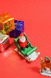 プレゼントを運ぶ サンタクロースの写真素材 [FYI01209008]
