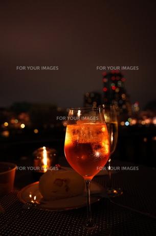 夜景とカクテルの写真素材 [FYI01209029]
