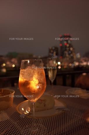 夜景とカクテルの写真素材 [FYI01209030]