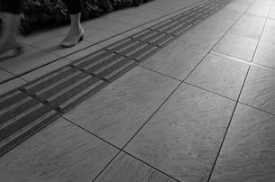 点字ブロックと石畳の写真素材 [FYI01209106]