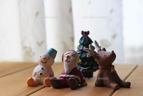 仲良しのサンタクロースとトナカイと雪だるまが並んでいるクリスマスの静物の写真素材 [FYI01209371]