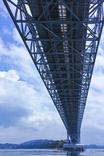夏の大鳴門橋を鳴門海峡から見上げる風景の写真素材 [FYI01209372]