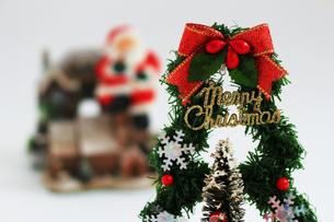 メリークリスマスと書かれたクリスマスツリーの置物の写真素材 [FYI01209373]