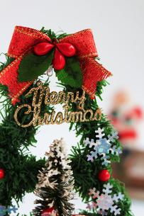 メリークリスマスと書かれたクリスマスツリーの置物の写真素材 [FYI01209374]