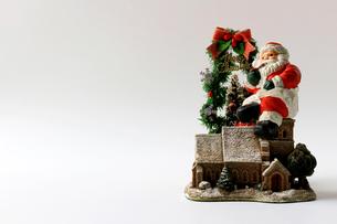 クリスマスをイメージしたサンタクロースの静物の写真素材 [FYI01209375]