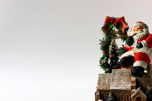 クリスマスをイメージしたサンタクロースの静物の写真素材 [FYI01209378]