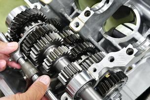 大型バイクエンジンの修理の写真素材 [FYI01209393]