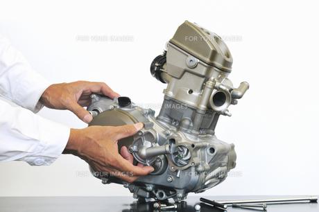 単気筒エンジンの整備の写真素材 [FYI01209590]