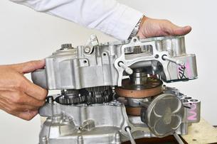 単気筒エンジンの整備の写真素材 [FYI01209591]