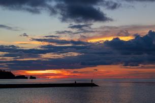 夕暮れの釣り人の写真素材 [FYI01209636]