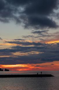夕暮れの釣り人の写真素材 [FYI01209637]