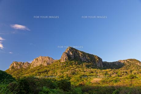 朝日に照らされる安須森御嶽の写真素材 [FYI01209638]