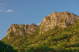 朝日に照らされる安須森御嶽の写真素材 [FYI01209639]