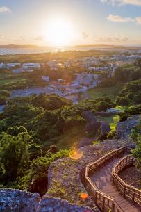 勝連城から望む朝日の写真素材 [FYI01209642]