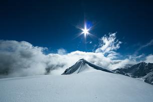 雪山に映える太陽の光線の写真素材 [FYI01209724]
