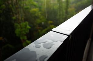 手すりに落ちる雨粒の写真素材 [FYI01209787]