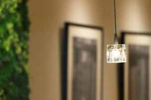 静かなカフェのモダンな照明の写真素材 [FYI01209851]