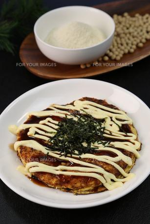 山芋のお好み焼きの写真素材 [FYI01209873]