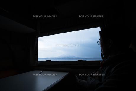窓から望む山々の写真素材 [FYI01209901]