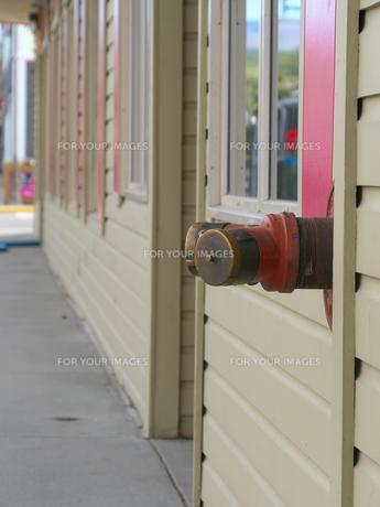 カナダ・ホワイトホースにある木の壁から直接出ている消火栓の写真素材 [FYI01209907]
