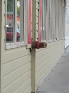 カナダ・ホワイトホースにある木の壁から直接出ている消火栓の写真素材 [FYI01209908]