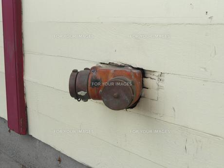 カナダ・ホワイトホースにある木の壁から直接出ている消火栓の写真素材 [FYI01209909]