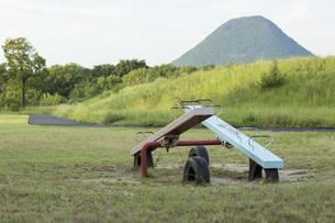 シーソーと山の写真素材 [FYI01209971]