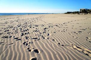 朝の砂浜、足跡つきの写真素材 [FYI01210127]