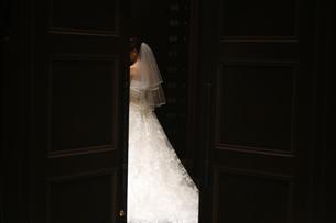 結婚式の花嫁 扉から出ていく背中の写真素材 [FYI01210195]