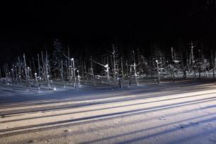 ライトアップされた冬の湖 美瑛町の写真素材 [FYI01210740]