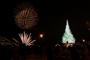 クリスマスツリーと花火 函館市の写真素材 [FYI01210766]