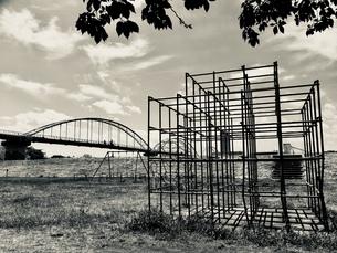 ジャングルジムと鉄橋の写真素材 [FYI01210847]
