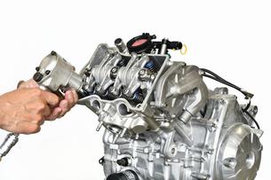 バイクエンジンの整備の写真素材 [FYI01210855]