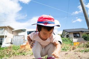 しゃがむ子供の写真素材 [FYI01211099]
