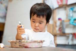 絵具を出す子供の写真素材 [FYI01211112]