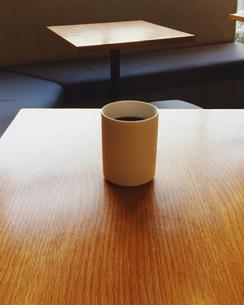 テーブルの上にコーヒー。喫茶店。の写真素材 [FYI01211165]