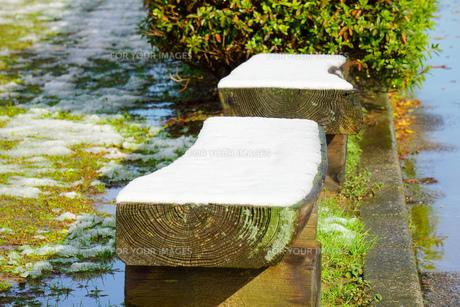 初雪 雪で覆われたベンチの写真素材 [FYI01211181]