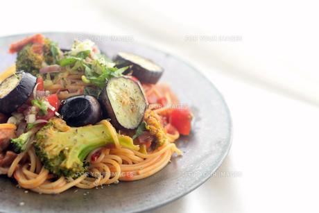夏野菜とチキンのパスタの写真素材 [FYI01211191]