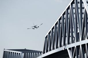 橋の上を飛ぶジェット旅客機の写真素材 [FYI01211202]