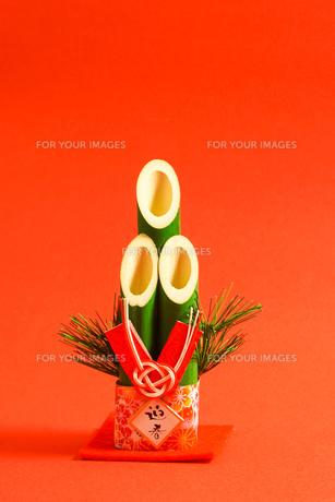 門松 赤色背景の写真素材 [FYI01211284]