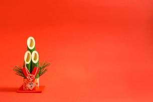 門松 赤色背景の写真素材 [FYI01211285]