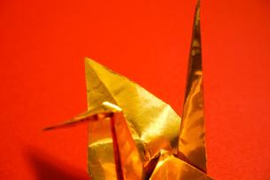 金色の折り鶴 赤色背景の写真素材 [FYI01211288]