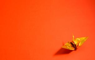 金色の折り鶴 赤色背景の写真素材 [FYI01211289]