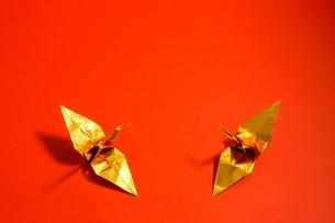 金色の折り鶴 赤色背景の写真素材 [FYI01211290]