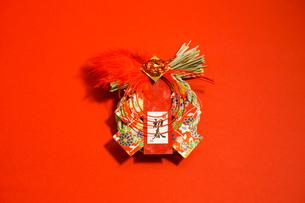 しめ飾り 赤色背景の写真素材 [FYI01211293]
