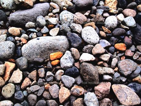 様々な色と形の河原の乾いた石の写真素材 [FYI01211338]